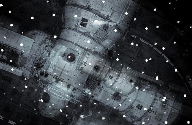 Michael Najjar, orbital debris_2020 2013 132 x 202 cm fotografia ibrida, archival pigment print, diasec, telaio su misura in alluminio / hybrid photography, archival pigment print, diasec, custom-made aluminium frame