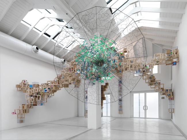 Jacob Hashimoto Never Comes Tomorrow 2015 Dimensioni ambientali / Environmental dimensions Ferro battuto, legno, plastica, cartone e stickers / Wrought iron, wood, plastic, cardboard and stickers Foto / photo Michele Alberto Sereni Courtesy Studio la Città, Verona
