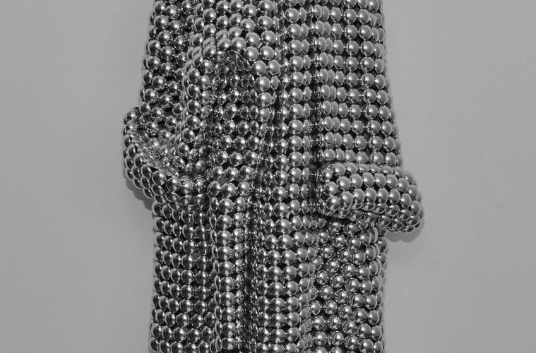Valay Shende, Untitled, 2013, dischi di acciaio inossidabile, 109 x 48 x 15 cm, pezzo unico, Le meraviglie del 2000, Courtesy Collezione «Arte 2000» di Antonio Stellatelli, © Valay Shende