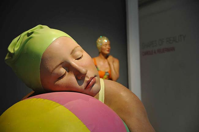 Carole Feuerman, Monumental brooke with beachball, olio su resina, 152x130x71, Courtesy ARIA Art Gallery, Firenze