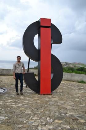 """Bienal de La Habana 2015. Opera installazione di un nostro artista: Nadal Antelmo Vizcaino. titolo: """"SI"""" 3x2,5x1 metri, 2015"""
