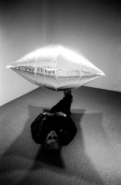 Andy Warhol under Silver Cloud, during his exhibition at the Ferus Gallery, Los Angeles, 1965, © Steve Schapiro/Corbis, © The Andy Warhol Foundation for the Visual Arts, Inc. / ADAGP, Paris 2015