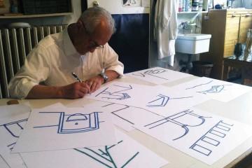 Tino Stefanoni mentre firma le diciotto carte Courtesy Galleria Melesi, Lecco