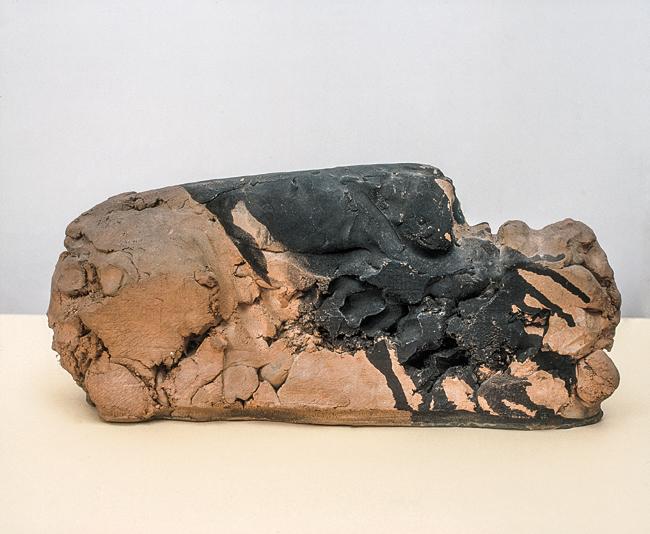 Enrico Baj (Milano 1924 – Vergiate (VA) 2003),  Testa - montagna, 1958,  terracotta refrattaria ingobbiata, 21x44x11 cm (Archivio Baj, Vergiate)