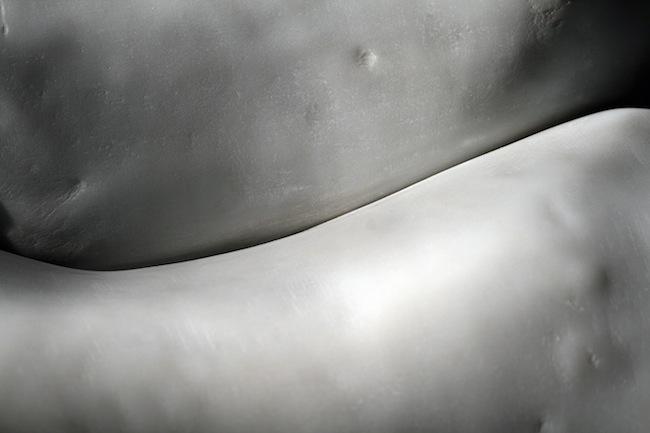 Thòv (particolare), 2015, marmo bianco di Carrara, pietra, 115 x 40 x 30 cm