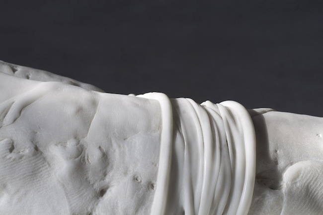 Thòv, 2015, marmo bianco di Carrara, pietra, 115 x 40 x 30 cm