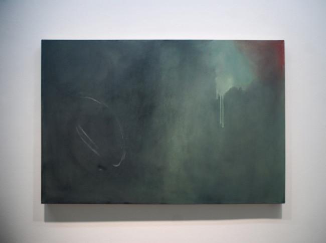 Eugenia Vanni, Ritratto di non finito informale, quindi informale,2015 olio su tela 80×120 cm. Veduta della mostra Il vero colore del cielo, MAN, Nuoro