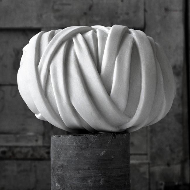 Cagdas Sari, Bozzolo, 2014, marmo di carrara, 15x10x10 cm Courtesy Laboratori artistici Nicoli, Carrara