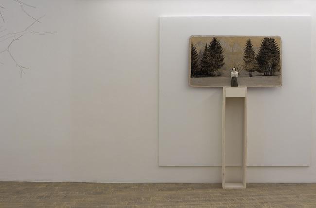 Serena Zanardi, Carezza al lago, scultura in terracotta dipinta con tempera, cenere e ruggine tratta da foto d'epoca, disegno di cenere e carbone su cartone di acqua Evian, 2013, 21x8x6 ; 60x100