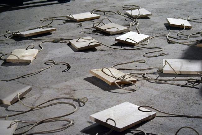 ULRICH EGGER, Tutti giù per terra, 2015, Installazione, legno e corda, dimensioni variabili. Courtesy WERBANK LANA | ART SPACE Bolzano. Foto: Roberta Toscano
