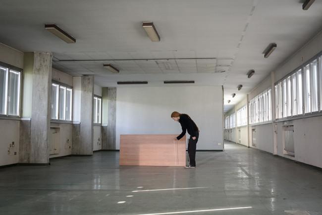 Contemporary Locus 9 Marie Cool e Fabio Balducci, Senza Titolo. Riga di plastica, tavolo da ufficio, luce, 2010, Courtesy gli artisti.