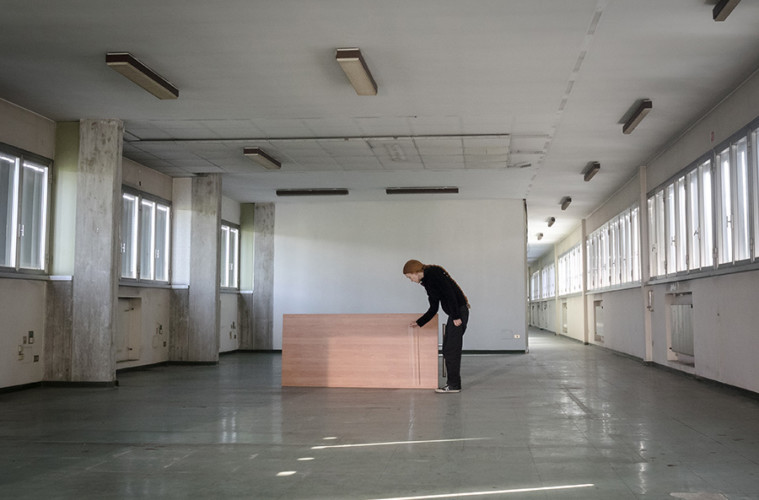 Contemporary Locus 9 Marie Cool e Fabio Balducci, Senza Titolo. Riga di plastica, tavolo da ufficio, luce, 2010, Foto: Davide Boccardo. Courtesy gli artisti.