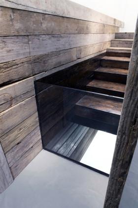 Sotto di noi, immobile, scende il tempo dell'acqua, 2015, installazione, legno, vetro, resina, ferro, specchio e acqua, 135 x 464 x 82 cm