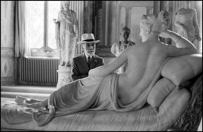 """David """"Chim"""" Seymour, Bernard Berenson osserva la statua di Paolina Borghese di Antonio Canova alla Galleria Borghese di Roma. Roma, 1955 © David Seymour  Magnum Photos"""
