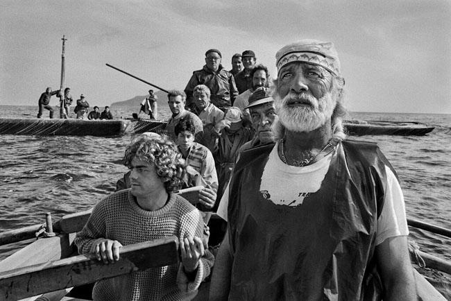 Sebastião Salgado, Gli equipaggi, condotti dal rais, si radunano all'alba per dare inizio alla mattanza. Trapani, 1991 © Sebastião Salgado  Amazonas Images