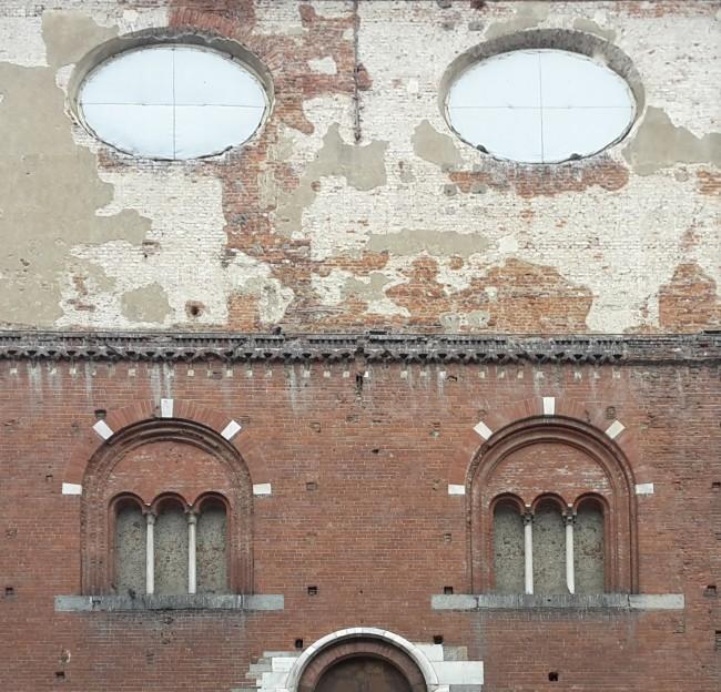 1. Palazzo della Ragione, dettaglio del fronte su Piazza Mercanti dove sono evidenti i frammenti di intonaco settecentesco del sopralzo teresiano. Foto: Roberto Recalcati)