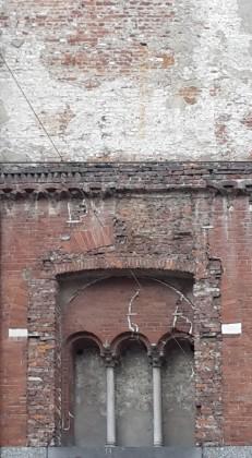 2. Palazzo della Ragione, dettaglio del fronte su via dei Mercanti che evidenzia come tutti i segni del tempo siano stati conservati nella loro integrità. Foto: Roberto Recalcati