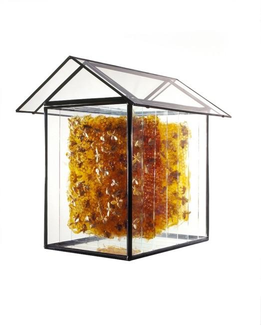 Jessica Carroll, Casa Api (Bees' house), 2010, vetro, rame, pece greca e cera d'api, 38x38x30 cm
