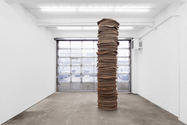 Kilian Rüthemann, One for every moment (Stack), 2014, coconut fibre, silicone, 400 cm, diameter 80 cm Foto Gunnar Meier Courtesy Raebervon Stenglin