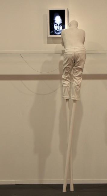 Bernardí Roig, Repulsion exercise vol II, 2007, dimensioni reali, resina di poliestere, acciaio, neon e TV-DVD