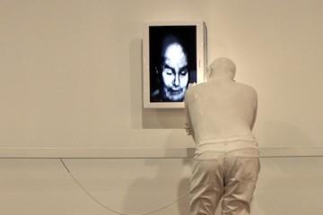 Bernardí Roig, Repulsion exercise vol II, 2007, dimensioni reali, resina di poliestere, acciaio, neon e TV-DVD (particolare)