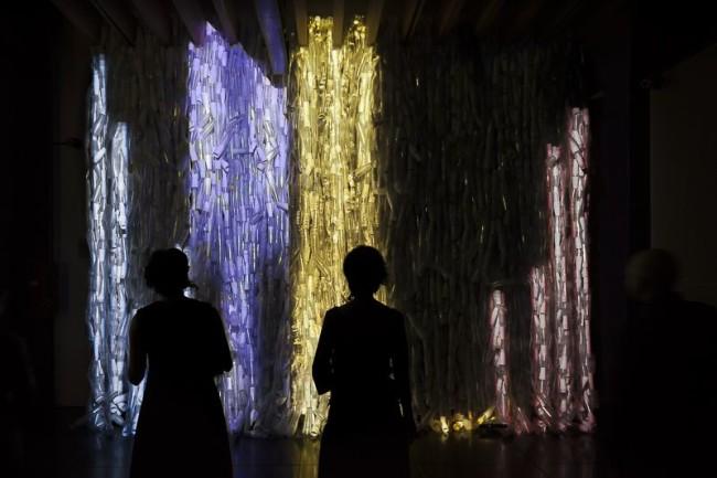 Flux-us, CUBO, veduta dell'allestimento con un l'opera Glasswall di Francesca Pasquali, foto di © Marco Mioli per CUBO