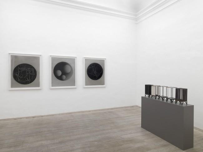 Marco Tirelli. Sculptures and drawings. Veduta dellÔÇÖallestimento nella prima sala della galleria. Foto di Dario Lasagni. Courtesy Otto Gallery