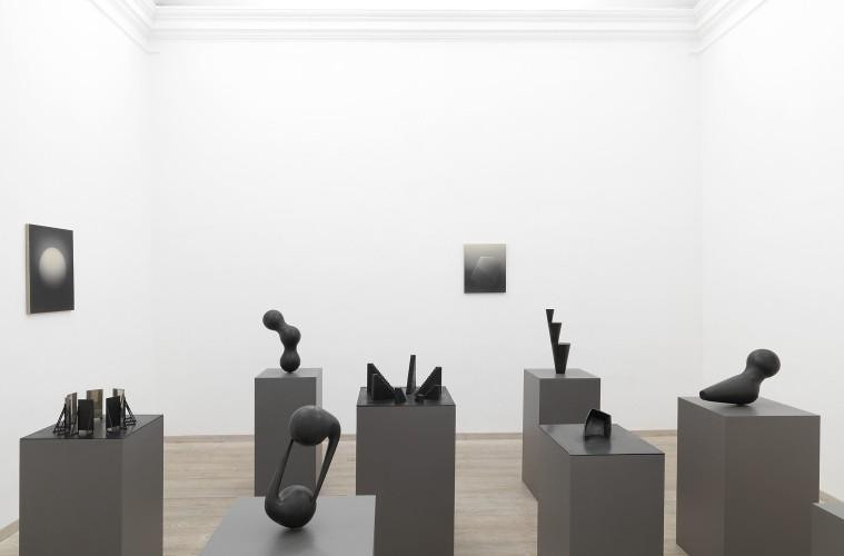 Marco Tirelli. Sculptures and drawings. Veduta dellÔÇÖallestimento nella seconda sala della galleria. Foto di Dario Lasagni. Courtesy Otto Gallery