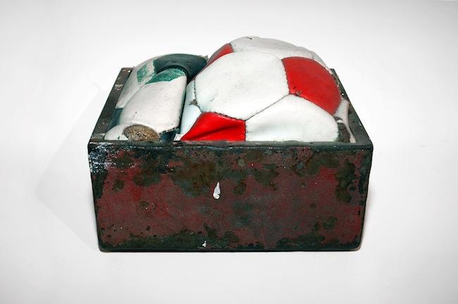 Sandro Mele, Palloni, 2007 cassetto in ferro, cuoio