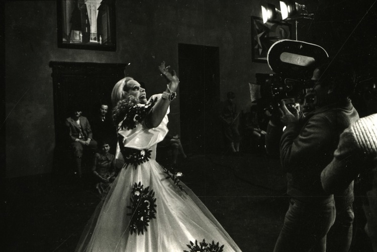 """Hélène Surgère e Pier Paolo Pasolini durante le riprese di """"Salò o le 120 giornate di Sodoma"""",1975 © Deborah Beer/Cinemazero"""