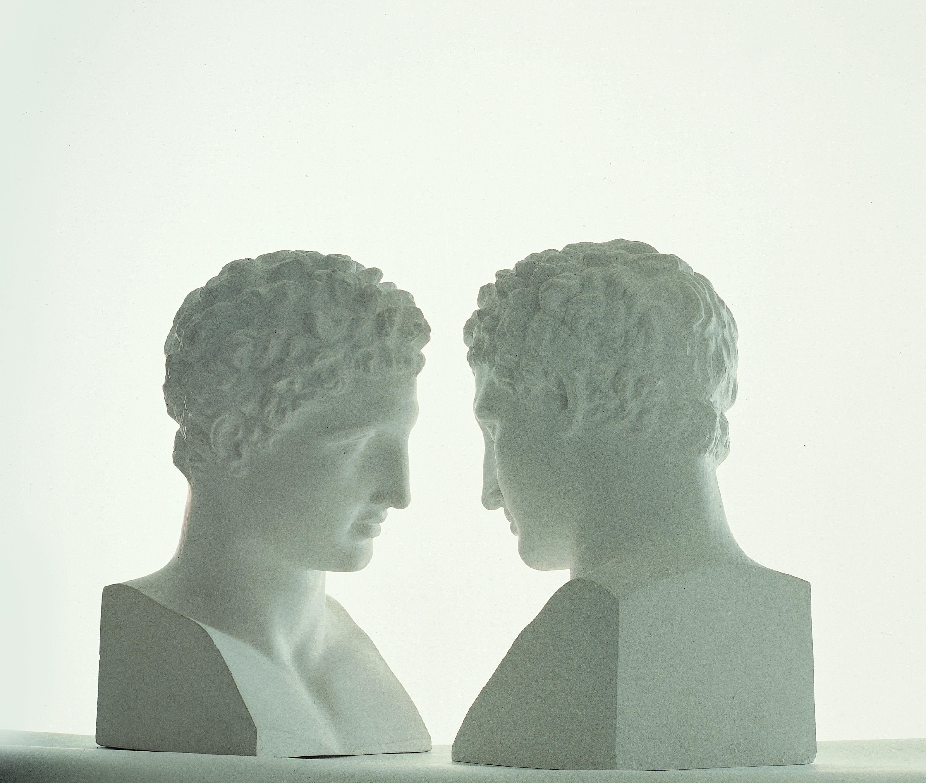 Giulio Paolini, Mimesi, 1975, calchi in gesso, cm 48×23.5×25.5 (calchi) cm 120×35×35 (basi), Torino, Fondazione Giulio e Anna Paolini