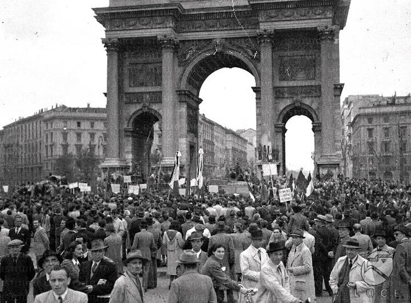 Festa del 1 maggio all'Arco della Pace, 1945 © Istituto Luce – Cinecittà