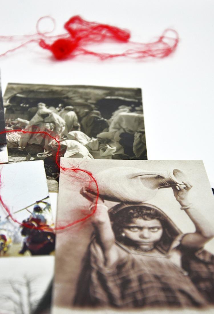 Federica Amichetti, Saluti e baci, 2014, Installazione (particolare), cartoline e filo rosso dimensioni variabili. Courtesy dell'artista