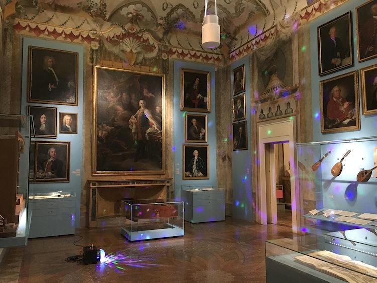 """Veduta dell'installazione """"Nenia"""" di Andrea Tadiello al Museo Internazionale della Musica. Courtesy l'artista"""