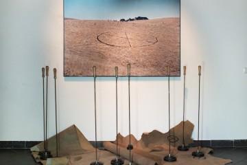 Dennis Oppenheim, Branded Mountain, 1969, Ferrro marchiatore cerchio-x, pelle marchiata, fotografia a colori, dimensioni variabili Courtesy Montrasio Arte, Milano