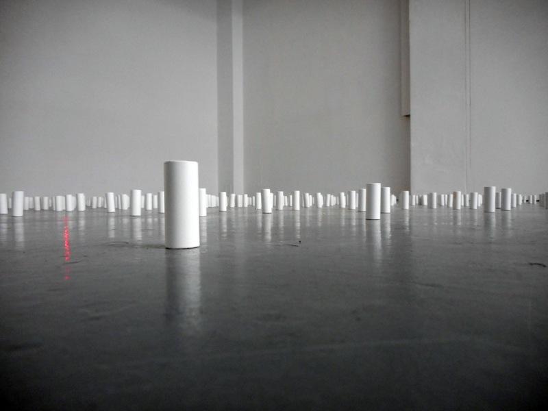 Maurizio Mochetti, Perni con laser, 1988, 400 perni di diametro 2 cm e altezza 5 cm, bianchi in metallo