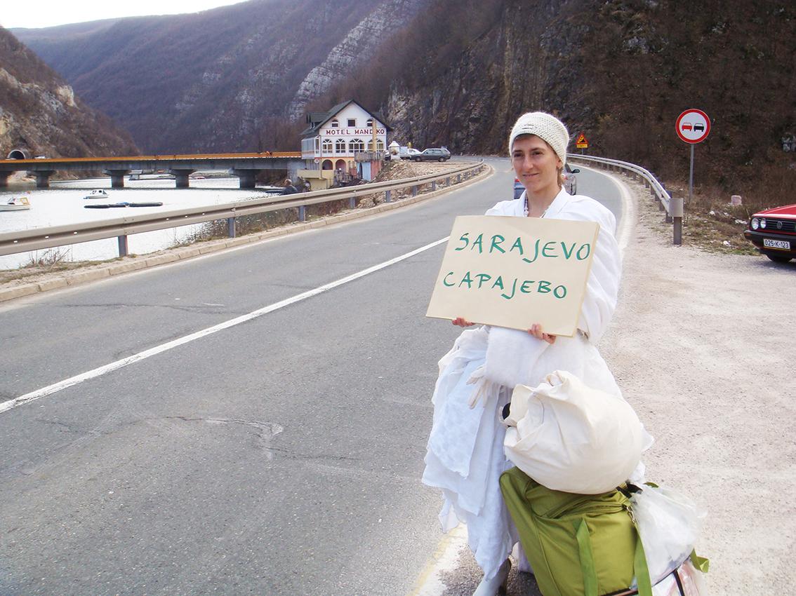 Pippa Bacca fa l'autostop verso Sarajevo durante Il Viaggio delle Spose, marzo 2008. Foto: Silvia Moro