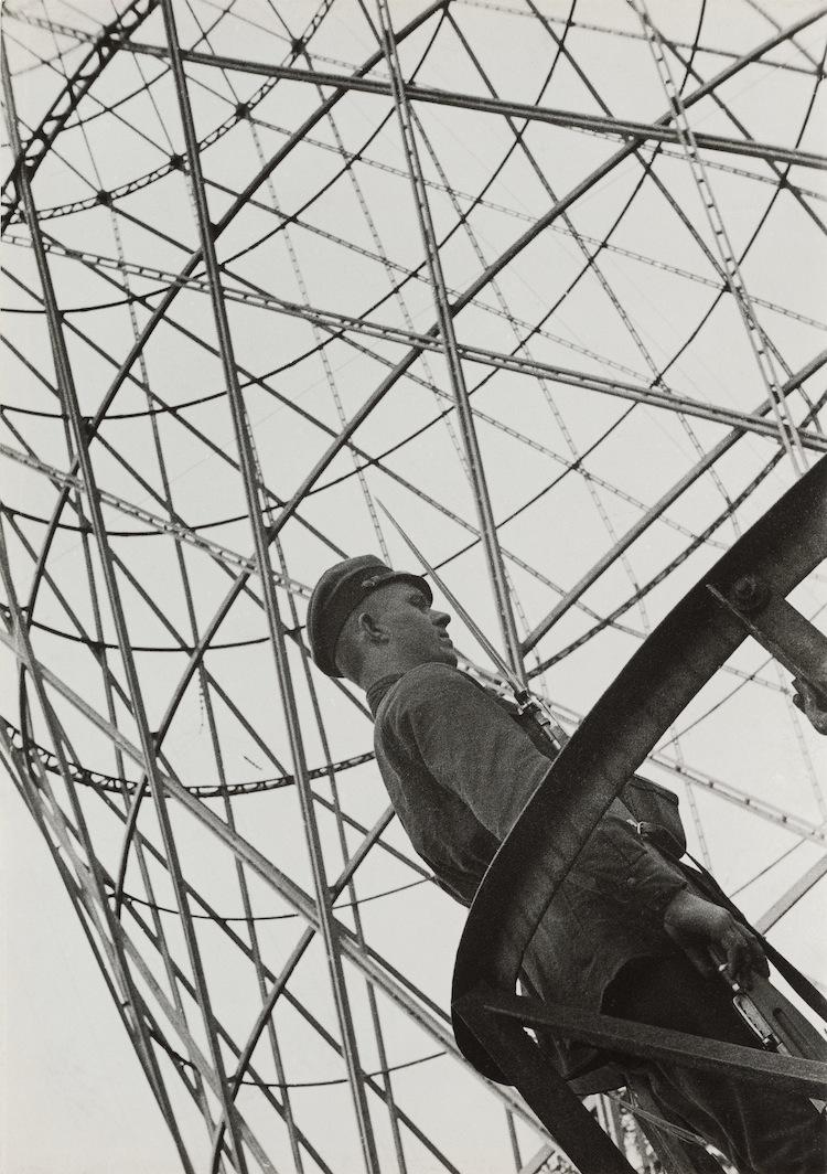 Aleksandr Rodčenko, Guardia vicino allaTorre Shukhov, 1929, stampa d'artista, Collezione del Moscow House of Photography Museum © A. Rodchenko – V. Stepanova Archive © Moscow House of Photography Museum