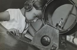 Aleksandr Rodčenko, Radioascoltatore, 1929, stampa d'artista, Collezione del Moscow House of Photography Museum © A. Rodchenko – V. Stepanova Archive © Moscow House of Photography Museum