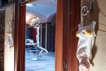 Sarah Lucas, INNAMEMORABILIAMUMBUM, Albergo Diurno Venezia, 8/10 aprile, Milano. Foto: Marco De Scalzi