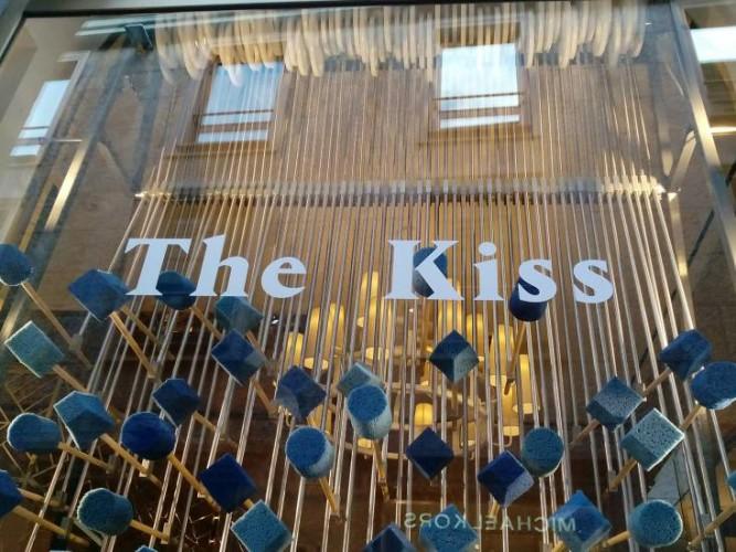 Tory Burch in via della Spiga, The Kiss, Studio Glithero