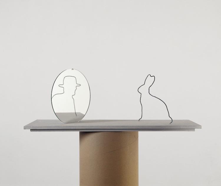 Markus Raetz, Hasenspiegel, 1988-2000, filo di ferro galvanizzato, specchio, 21.5x20x60 cm © 2016 Markus Raetz, Prolitteris, Zürich Foto: Peter Lauri, Bern