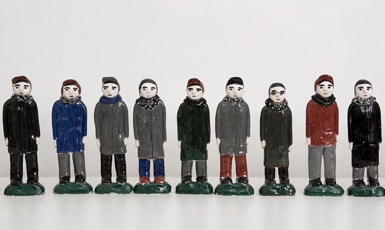Davide Monaldi, 365, 2015, installazione, 365 figurine di ceramica smaltata, dimensioni variabili, cm 18x6,5x3 circa (ciascuna figurina), edizione unica. Courtesy: Collezione Giuseppe Iannaccone, Milano