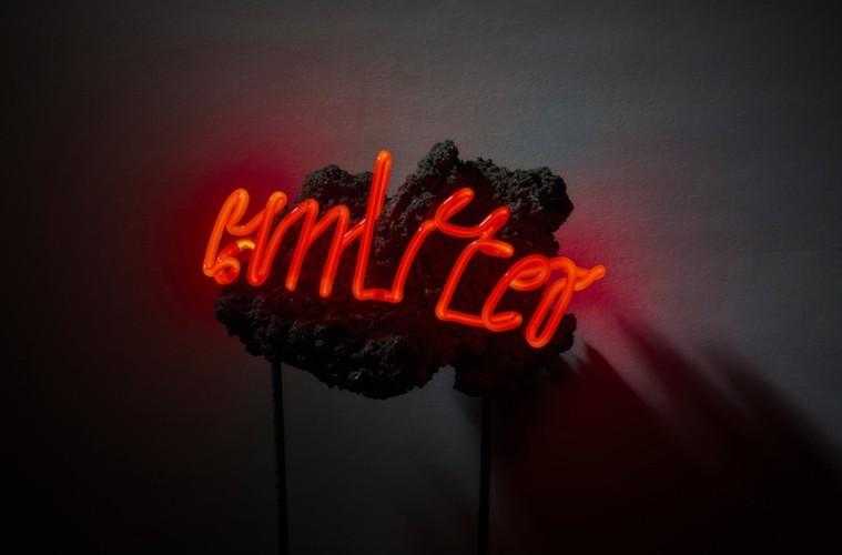 Arthur Duff, Emitter, 2016, pietra lavica, tubo al neon, 27x18x6 cm Photo Lorenzo Ceretta