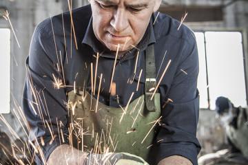 Dario Goldaniga in fonderia. Foto di Stefano Sgarella