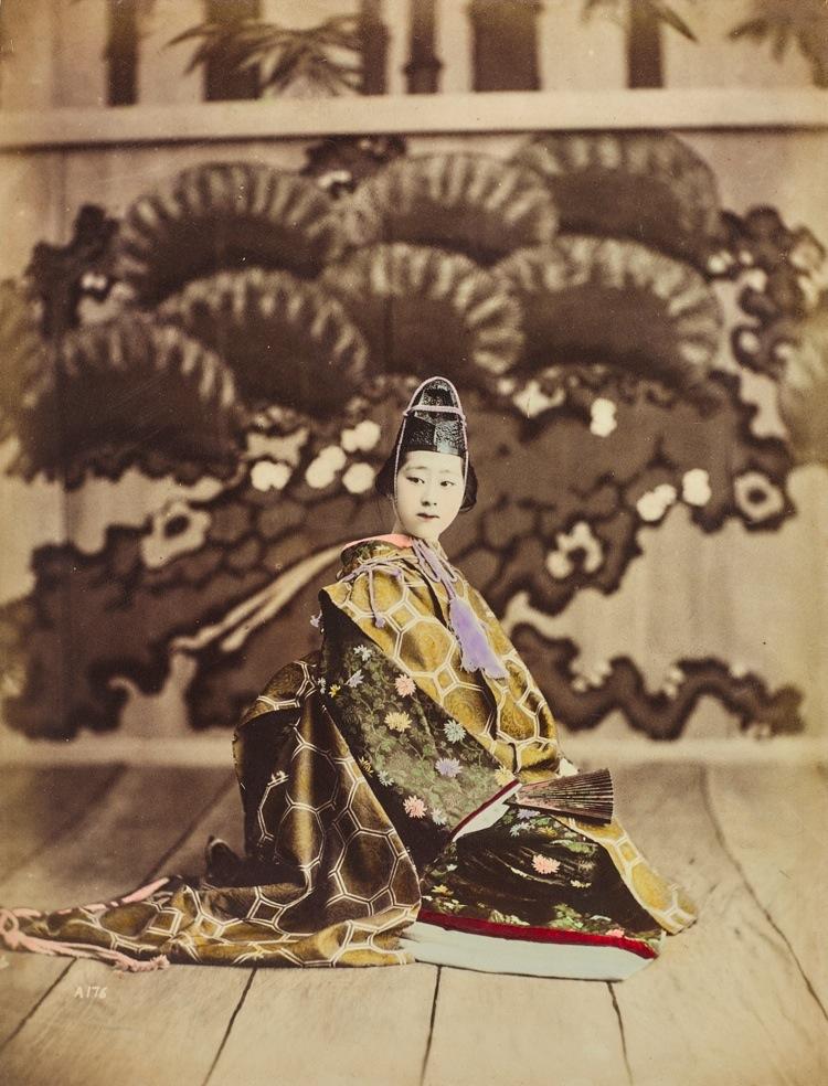 Scuola di Yokohama, Ritratto di una giovane geisha, 1885-1895 © Raccolte Museali Fratelli Alinari (RMFA), Firenze © Archivi Alinari