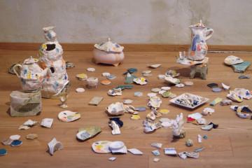 Lorenza Boisi, Sponde Emerse, 2016, ceramica e residui di lavorazione, ceramica Lavenese emersi dalle sponde di Laveno, part., courtesy dell'artista