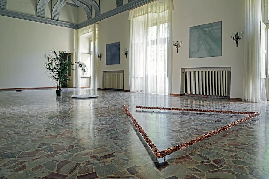 Veduta della mostra Principi di aderenza, sala centrale del Castello Silvestri