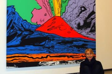 Un ritratto di Mariella Utili con alle spalle, Vesuvius di Andy Warhol, Museo di Capodimonte