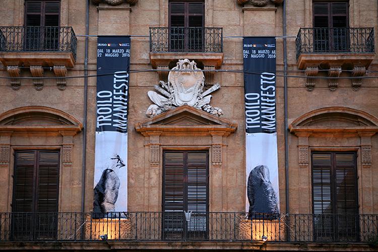 Paolo Troilo, palazzo Belmonte Riso, Palermo, allestimento facciata. Foto: Fabio Sgroi
